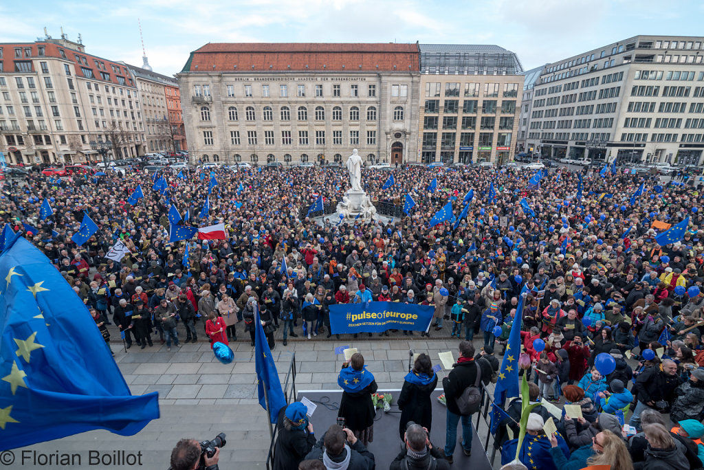 Pulse of Europe auf den Gendarmenmarkt in Berlin